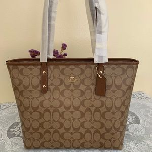 COACH City Zip Tote In Signature Canvas F5829